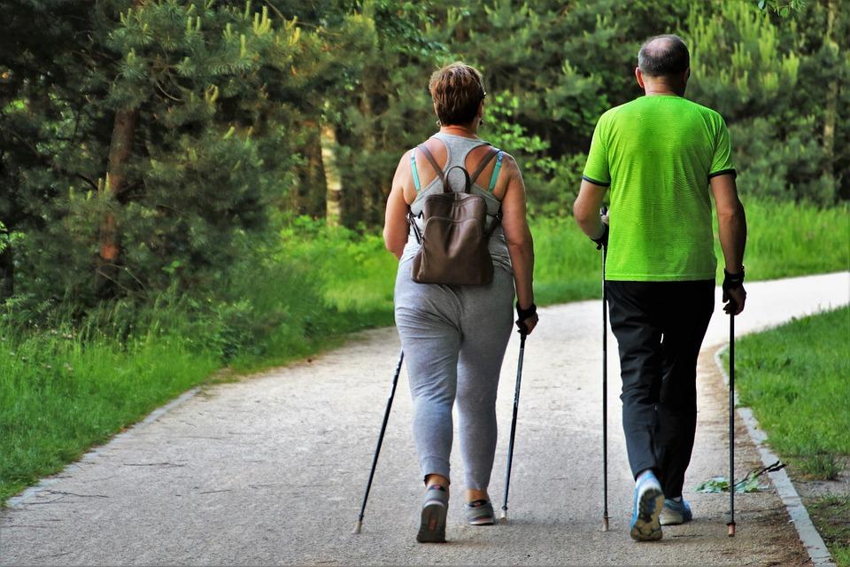 senior-spacer-aktywny-nordic-walking